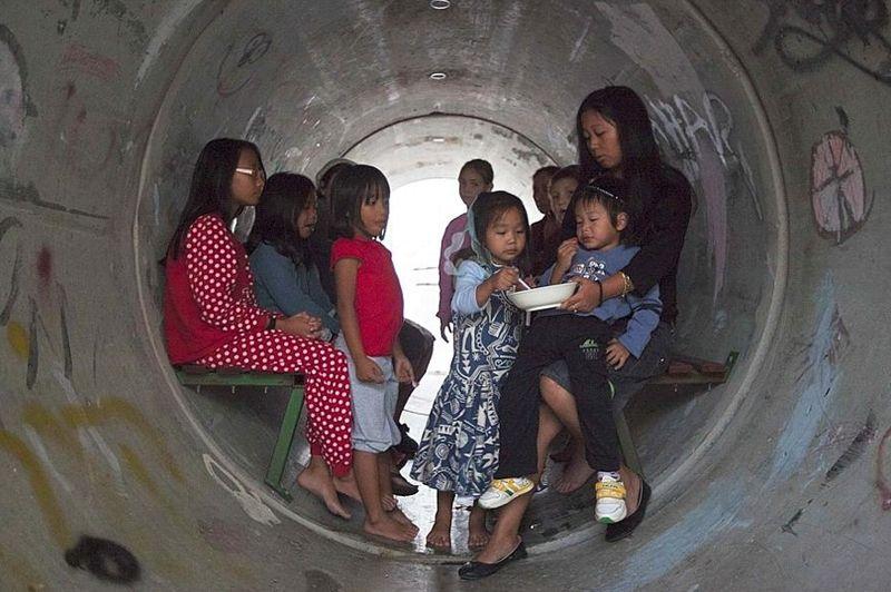 Les autorités ont installé des tubes en béton armé dans les rues du sud d'Israël. Ici, des membres de la communauté philippine d'Israël, à Nitzan, près d'Ashdod. Intégrés à la société civile du pays, les immigrés philippins travaillent en majorité dans les collectivités agricoles ou dans des services d'aide aux personnes âgées.