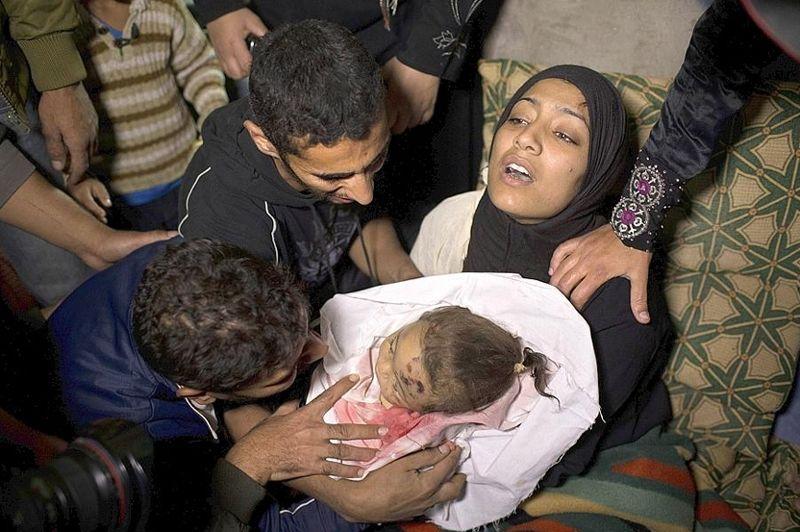 Haneen Tafesh porte le corps sans vie de sa fillette, touchée mortellement par un raid israélien à Jabaliya. «Qu'a-t-elle fait? A-t-elle lancé des roquettes?» s'est écrié Khaled, le père de l'enfant.