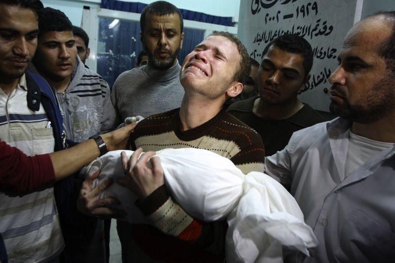 Jihad Masharawi, employé du service arabe de la BBC à Gaza, pleure la mort de son fils de 11 mois, tué lors d'un bombardement israélien, le 15 novembre. Grièvement blessé, le bébé est décédé une heure après son arrivée à l'hôpital.