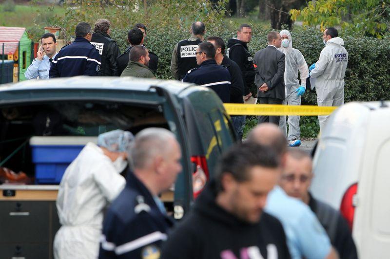 Spirale. C'est le 18ème meurtre par balles depuis le début de l'année en Corse. Un entrepreneur portugais de travaux publics, Victor Ribeiro, a été tué par balle mardi dans le village de Cervione au sud de Bastia. La victime, âgée de 42 ans, a été abattu vers 13h30 au volant de sa voiture, alors qu'il venait de déjeuner au restaurant avec sa femme et son fils. «Plusieurs personnes armées et cagoulées l'ont bloqué et ont fait feu sur lui à plusieurs reprises, a déclaré Dominique Alzéari, le procureur de la République de Bastia. Il est décédé immédiatement.»