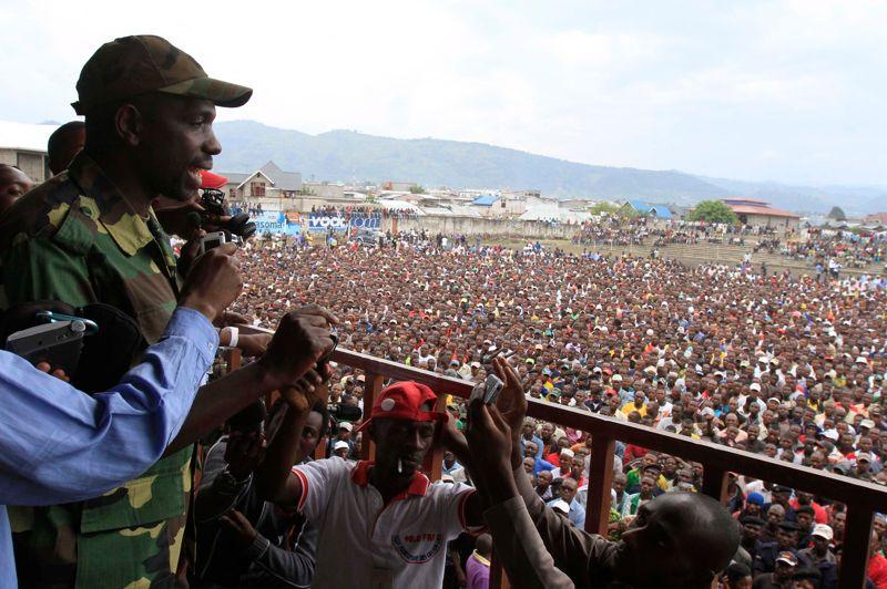 Tombée. Les rebelles du M23 ont pris mardi le contrôle de Goma, capitale régionale de la riche région minière du Nord-Kivu dans l'est de la République démocratique du Congo et ont annoncé mercredi leur intention de «libérer» l'ensemble du pays. «Le voyage pour libérer le Congo débute maintenant (...) Nous allons aller à Bukavu puis à Kinshasa. Etes-vous prêts à vous joindre à nous?», a lancé le porte-parole du M23 à plus d'un millier de personnes rassemblées dans un stade de la ville.