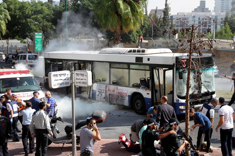 Touché. L'espoir d'un cessez-le-feu imminent entre Israël et le Hamas s'éloigne. Ce mercredi, un attentat à la bombe a fait au moins treize blessés, dont trois graves, dans un autobus à Tel Aviv. Selon le ministre de la Sécurité intérieure, Yitzhak Aharonovich, la bombe a été déposée à bord du bus par un homme qui est descendu avant l'explosion. Le véhicule, dont les vitres ont été soufflées, est «complètement carbonisé à l'intérieur», a déclaré un témoin à la radio de l'armée israélienne. L'attentat s'est produit sur une des artères les plus fréquentées de Tel Aviv, près du Kirya, le quartier général de l'armée.