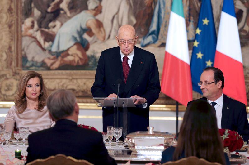Officielle. En visite officielle, le président de la République italienne Giorgio Napolitano a prononcé un discours lors d'un dîner officiel à l'Elysée. Il était notamment question de l'enjeu de la Grèce au sein de la zone euro et du conflit israélo-palestinien. Valérie Trierweiler, visiblement plus à l'aise dans son rôle de Première dame, était sur le devant de la scène.