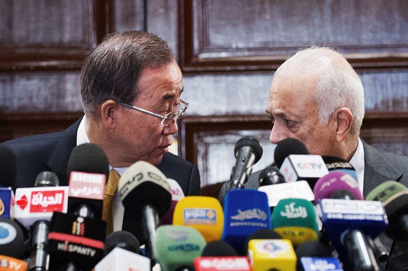 Trêve? Le secrétaire général de l'ONU, Ban Ki-moon, venu au Caire afin de soutenir un cessez-le-feu entre Israël et le Hamas à Gaza, a rencontré lundi soir le chef de la diplomatie égyptienne, Mohammed Kamel Amr, et ce mardi le secrétaire général de la Ligue arabe, Nabil al-Arabi (ici photographié). Son porte-parole a précisé qu'il rencontrerait cette semaine, sans préciser le jour, le Premier ministre israélien Benjamin Netanyahu et le président palestinien Mahmoud Abbas, afin de les pousser à la mise en place d'un cessez-le-feu.