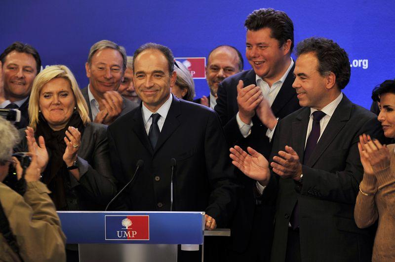 Verdict. L'UMP a enfin un président. Au terme de vingt-quatre heures d'attente, d'imbroglios et de tensions, c'est finalement Jean-François Copé qui a été élu lundi soir à la présidence de l'UMP, avec une courte avance (98 voix), sur François Fillon. Le candidat malheureux a pris acte de sa défaite en soulignant la «fracture à la fois politique et morale» au sein du parti. Il a ajouté qu'il se prononcerait sur son propre avenir «dans les jours qui viennent».