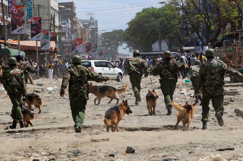 Emeutes. La police kenyane a fait usage de gaz lacrymogènes lundi pour disperser des émeutiers qui ont attaqué un quartier de Nairobi peuplé de Somaliens. Contre la foule en colère défilant dans les rues en hurlant «les Somaliens doivent s'en aller!», jetant des pierres et cassant des fenêtres, les Somaliens se sont défendus, parfois armés de machettes. Ces violences interviennent après l'explosion dimanche d'une bombe dans un minibus qui a fait au moins neuf morts dans ce quartier d'Eastleigh, surnommé la «petite Mogadiscio».