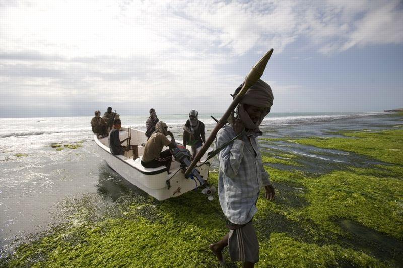 Hobyo, Somalie, le 27 octobre 2008. - Surnommé «Celui qui ne dort jamais», Abdul Hassan, 39 ans, est le chef de la «Garde côtière régionale», un groupe de pirates dont les rangs comptent plus de 350 hommes. Depuis sa création trois ans plus tôt, l'organisation a tiré plus de 10 millions de dollars de ses activités criminelles.