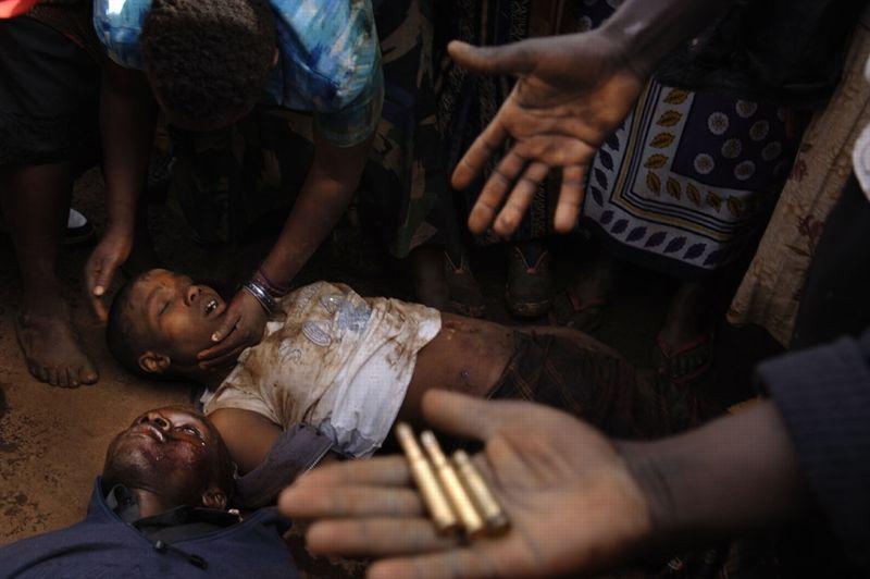 Nairobi, Kenya, 18 janvier 2008. - Tués par des tirs de policiers lors d'émeutes dans le bidonville de Kibera, cet homme et cette femme font partie des 600 victimes des violences qui ont suivi l'élection présidentielle.