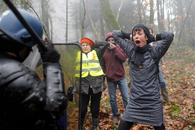 Quelque 500 gendarmes tentent à coup de gaz lacrymogène de déloger des militants dans le secteur de la Lande de Rohanne, de la Ferme du Rosier et de la Châtaigneraie. Ils veulent les empêcher de reconstruire des baraquements sur les zones évacuées de force dans la journée de vendredi.