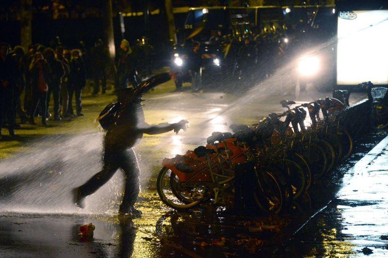 En fin d'après-midi, des milliers de manifestants ont convergé vers la préfecture de Nantes et jeté des projectiles aux CRS, qui ont utilisé des lances à eau pour tenter de les disperser.