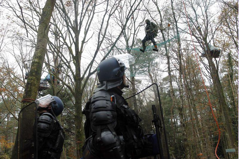 Les militants s'accrochent aux cabanes de fortune qu'ils ont construit dans les arbres pour occuper la zone. Objectif des forces de l'ordre: les évacuer et les empêcher d'en reconstruire d'autres. Objectif des militants: les repousser avec des cailloux, bouteilles, fusées de détresse et cocktails Molotov. Les gendarmes répliquent avec des tirs de grenades, lacrymogènes ou assourdissantes.