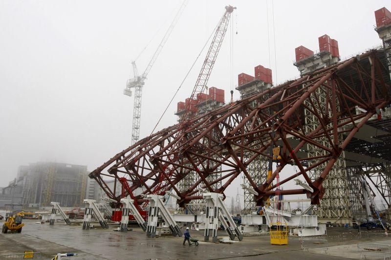 La construction du nouveau sarcophage qui doit recouvrir le réacteur de la centrale nucléaire de Tchernobyl accidenté avance. Le premier tronçon de l'arche géante vient d'être érigé, comme l'ont constaté sur place les photographes de presse mardi. En arrière-plan, le réacteur n°4 accidenté en 1986.