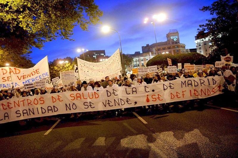 «La santé ne se vend pas, elle se défend», pouvait-on lire sur la banderole déployée en tête des manifestants qui sifflaient et agitaient des milliers de petites pancartes.