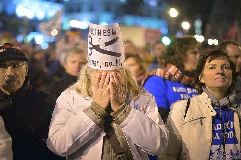 Les manifestant arboraient pour certains des pancartes où l'on pouvait voir une paire de ciseaux devenu le symbole des manifestations contre la politique de rigueur menée en Espagne.