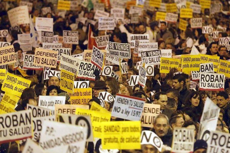 Des dizaines de milliers de professionnels de la santé, portant pour beaucoup leurs bouses blanches, ont manifesté à Madrid mardi contre les coupes budgétaires qui frappent le secteur.