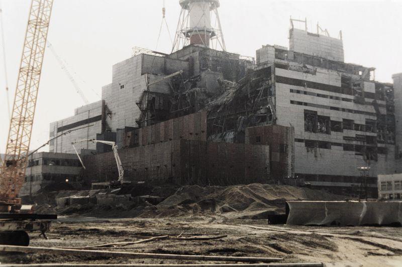 Le 26 avril 1986, le réacteur n°4 de la centrale ukrainienne, alors en URSS, explose. Les experts restent divisés sur le bilan le plus grave accident nucléaire civil de l'histoire, qui a provoqué au minimum 28 morts par irradiation aigüe, 6000 cas de cancer de la thyroïde, l'évacuation de 115.000 habitants et la contamination de territoires en Ukraine, Biélorussie et Russie. La zone entourant la centrale dans un rayon de 30 kilomètres autour de la centrale reste interdite à l'habitation.