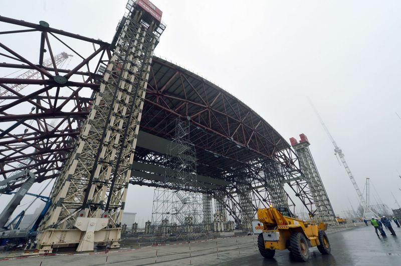 L'arche géante qui confinera le réacteur pendant son démantèlement mesurera 257 mètres de long par 150 mètres de large et culminera à 108 mètres de hauteur, deux fois l'Arc de Triomphe de Paris.