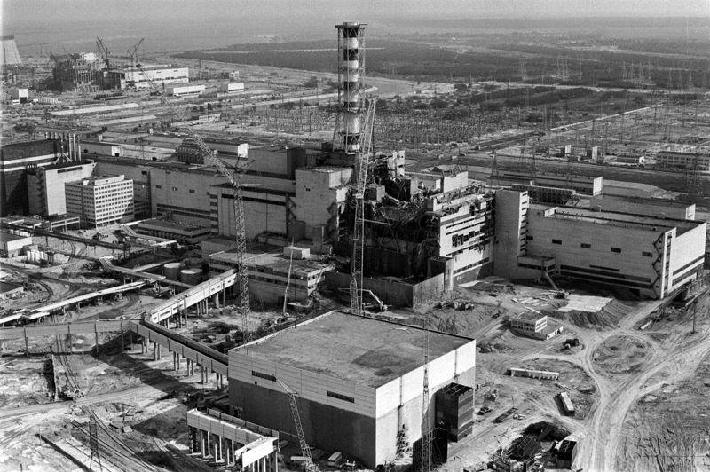 La cheminée du réacteur n° 4, devenue une icône (ici, en 1986) devra être démontée. Un chantier complexe, à haut risque, car la structure est fortement contaminée par les poussières radioactives.