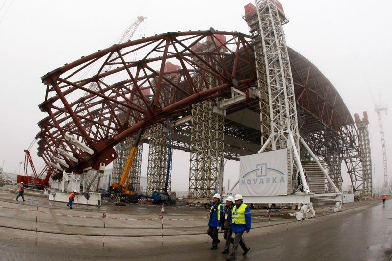 L'arche est construite à quelques centaines de mètres de la centrale afin de limiter l'exposition des travailleurs aux radiations. Une fois achevé l'édifice sera glissé sur des rails par-dessus le réacteur n°4.