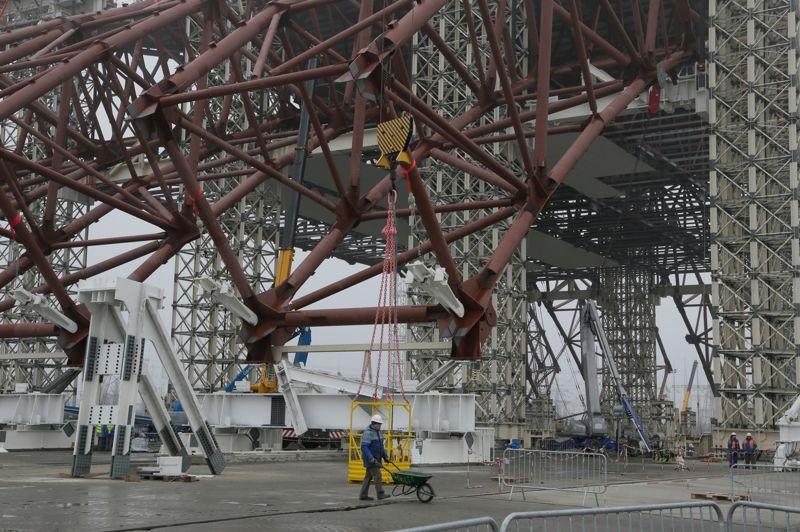 Cette photo permet d'apprécier le gigantisme de la structure. Celle-ci, financée principalement par la Berd, Banque européenne de reconstruction et de développement, coûtera 1,54 milliard d'euros. La construction est assurée par le consortium Novarka formé par les groupes français Vinci et Bouygues.