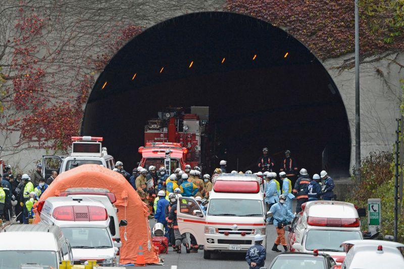 Le tunnel de l'horreur. Neuf japonais ont perdu la vie dans l'effondrement partiel d'un tunnel autoroutier dimanche matin à l'ouest de Tokyo. Les survivants décrivent une scène de panique où les automobilistes, piégés, circulaient à contre-sens et combattaient les flammes et les débris dans une cohue générale. Au bout du tunnel, la délivrance, mais des souvenirs à jamais traumatisants.