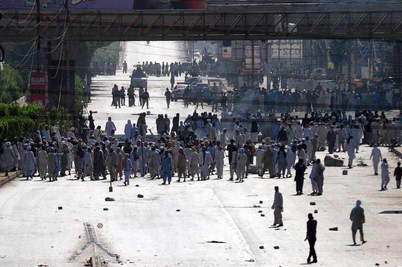 Destabilisé. Alors que le Pakistan a annoncé son intention de libérer davantage de talibans afghans pour favoriser la reprise des pourparlers avec les insurgés, le religieux islamiste Mufti Ismail a été abattu lundi à Karachi par des terroristes armés. La réponse des forces islamistes a été immédiate et les rues de la ville ont immédiatement été bloquées en signe de protestation.