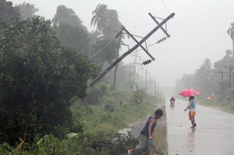 Hostile. Les éléments se déchaînent aux Philippines. Ces quelques courageux bravent les bourrasques de vent et les trombes d'eau, alors que le sud de l'archipel est actuellement touché par le typhon Bopha, le plus violent depuis le début de l'année. Par mesure de précaution, l'électricité a été coupée et près de 50.000 personnes ont été évacuées. Mais on dénombre déjà une cinquantaine de victimes. Et le bilan devrait encore s'alourdir.