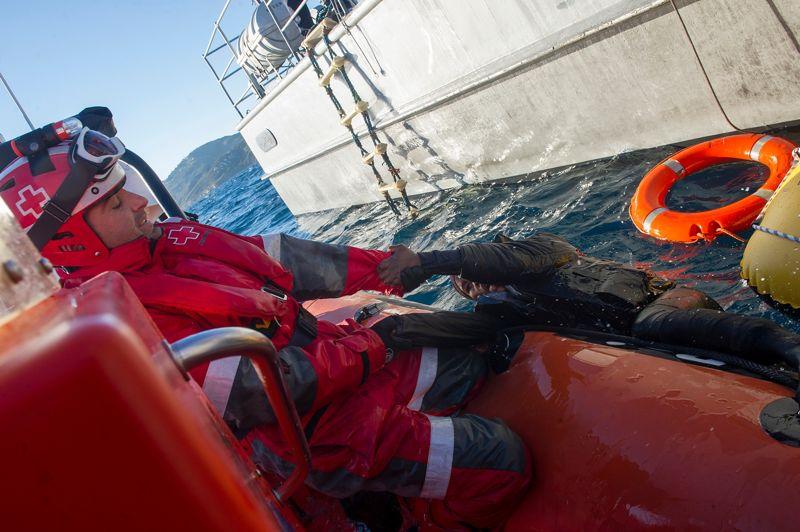 Un homme à la mer. Immigrer, à n'importe quel prix. C'est au péril de leur vie, qu'une vingtaine d'immigrants clandestins d'Afrique sub-saharienne ont tenté d'atteindre les côtes espagnoles. À la dérive, ils ont été secourus lundi par les services espagnols de sauvetage en mer, à proximité du détroit de Gibraltar. Un canal dangereux où les naufrages d'embarcations clandestines sont nombreux et certaines traversées, funestes.
