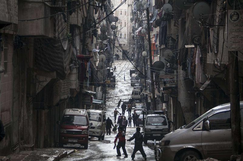 Le calme après la tempête. Redevenue le terrain de jeu des enfants, cette rue d'Alep était, il y a quelques jours encore, le théâtre de terribles affrontements entre les forces du gouvernement syrien et les rebelles armés. Certaines habitations en gardent la trace. Un basculement s'opère actuellement dans la deuxième ville du pays au profit des islamistes radicaux: l'armée syrienne libre (ASL) est de plus en plus décriée, perdant de son influence auprès de la population.
