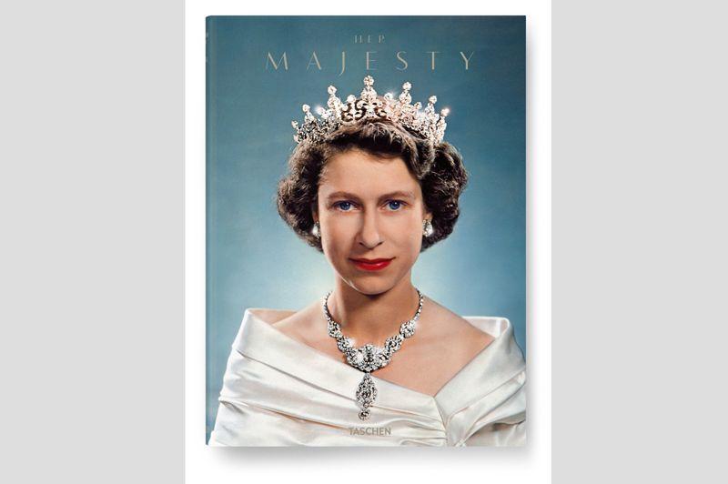 Pour marquer les 60 ans de règne d'Elizabeth II, les éditions Taschen ont publié fin novembre Her Majesty, un ouvrage de photos retraçant la vie de la monarque. L'ouvrage de Reuel Golden et Christopher Warwick s'appuie sur des centaines de photographies, inédites pour beaucoup d'entre elles, puisées dans les archives du monde entier, dont celle de la Collection royale. Her Majesty inclut des clichés des photographes d'antan, comme le collaborateur de la reine Cecil Beaton, mais aussi contemporains à l'instar de Wolfgang Tillmans, Rankin, Annie Leibovitz ...