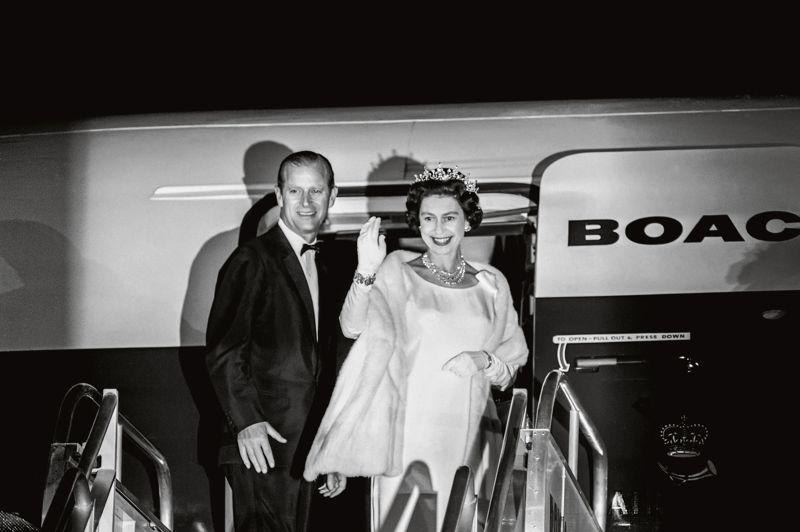 Au terme d'une tournée des Caraïbes en 1966, le couple royal embarque à bord d'un avion à destination de Londres . Ce cliché n'avait jamais été publié auparavant. Prise par le photographe Harry Benson, originaire de Glasgow, la pellicule où se trouve cette photo a été oubliée plusieurs années dans une archive avant d'être développée.