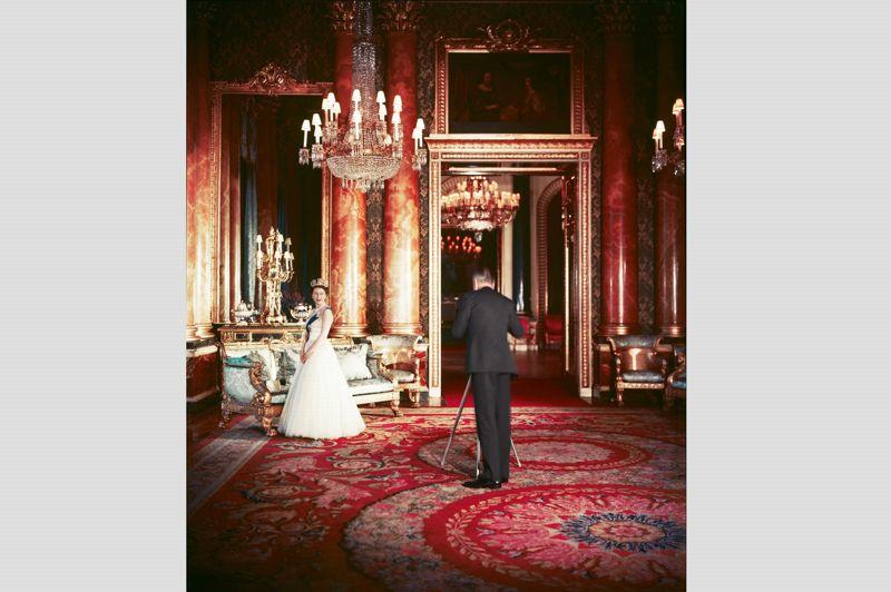 En 1955, pour commémorer sa visite officielle au Nigeria, Elizabeth II demande à son photographe fétiche Cecil Beaton de réaliser son portrait