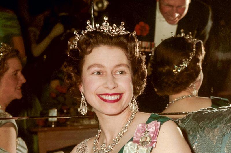 Les photographies de la jeunesse de la reine montrent une monarque élégante et glamour. Une image peu familière à ceux qui nés dans les trente dernières années ont connu une souveraine aux cheveux grisonnants puis blancs favorisant les costumes acidulés et les chapeaux excentriques. Ici Elizabeth II, 33 ans, assiste au bal des Lanciers royaux au Hyde Park Hotel en 1959.