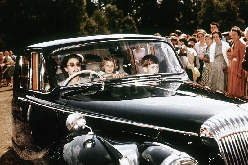 Portraits et déplacements officiels côtoient des instantanés où on découvre une reine mutine et enjouée. Comme sur cette photo de 1957 où Elizabeth II, au volant, ramène ses enfants, le prince Charles et la princesse Anne à Windsor. Un instantané que reproduiront peut-être bientôt le prince William et son épouse, Catherine, la duchesse de Cambridge qui attendent leur premier enfant pour le printemps 2013.