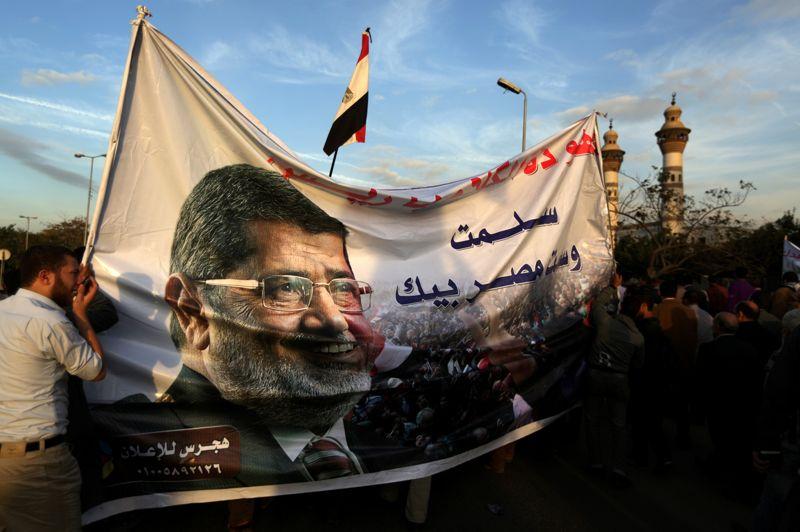 Dans l'impasse. L'imposant visage du président égyptien Mohamed Morsi s'étalait mardi sur d'immenses banderoles portées par les partisans du gouvernement. A quelques jours d'un référendum très controversé sur un projet de constitution, des manifestations parfois violentes continuent d'opposer les deux camps rivaux. La rencontre prévue mercredi entre pouvoir et opposition à l'initiative de l'armée, a été reportée, ne laissant toujours par entrevoir d'issue.