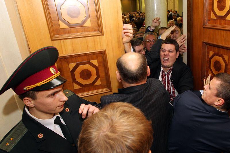 Heurts au Parlement. Il est vrai que les échanges entre députés dans l'hémicycle, peuvent être violents. Mais il est rare que cette violence dépasse l'agression verbale. Et pourtant, ils en sont venus aux mains à Kiev, où une bagarre entre élus a éclaté, à l'ouverture de la première session du Parlement ukrainien. A l'origine de cet invraisemblable remue-ménage, une trahison. Celle de deux députés père et fils issus de l'opposition qui sont passés du côté des forces pro-gouvernementales.