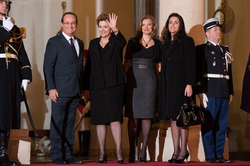 En grande pompe. François Hollande et sa compagne recevaient mercredi Dilma Rousseff, et sa fille Paula Araujo à l'Elysée. La présidente brésilienne est venue vanter l'attractivité de son pays, dans l'espoir d'un renforcement des relations bilatérales. Mais elle s'est également dressée contre les politiques d'austérité. «Nous savons de quoi nous parlons», a-t-elle affirmée, son pays ayant subi deux décennies de récession dans les années 80 et 90.