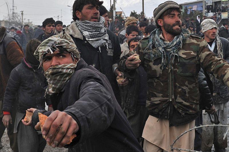 FÉVRIERAfghanistan. Plus de deux mille Afghans manifestent en lançant des pierres et des cocktails Molotov aux abords de la grande base américaine de Bagram, à 60 km au nord de Kaboul. Ils réagissent violemment à la «profanation» d'exemplaires du Coran et d'autres emblèmes de l'islam par des soldats étrangers stationnés en Afghanistan. Le commandant des forces de l'Otan dans le pays, le général Allen, a présenté ses excuses à la population afghane, en précisant que cet incident n'était pas intentionnel.