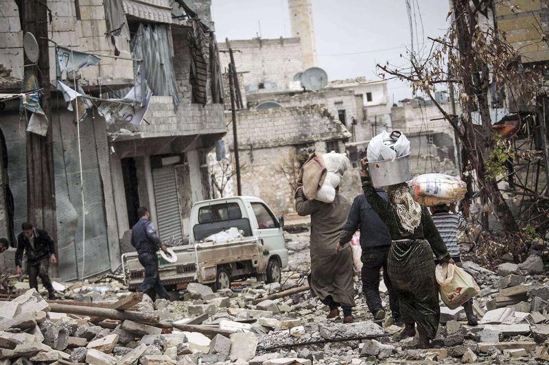Chassés par la guerre. À Alep, ces Syriens battent en retraite. Obligés d'abandonner leur habitation, détruite dans les affrontements, ils se mettent en chemin, avec tout ce qui leur reste, dans l'espoir de trouver refuge dans une contrée moins hostile. Selon l'ONU, le nombre de réfugiés syriens dans la région entourant la Syrie et en Afrique du Nord aurait dépassé le demi-million.