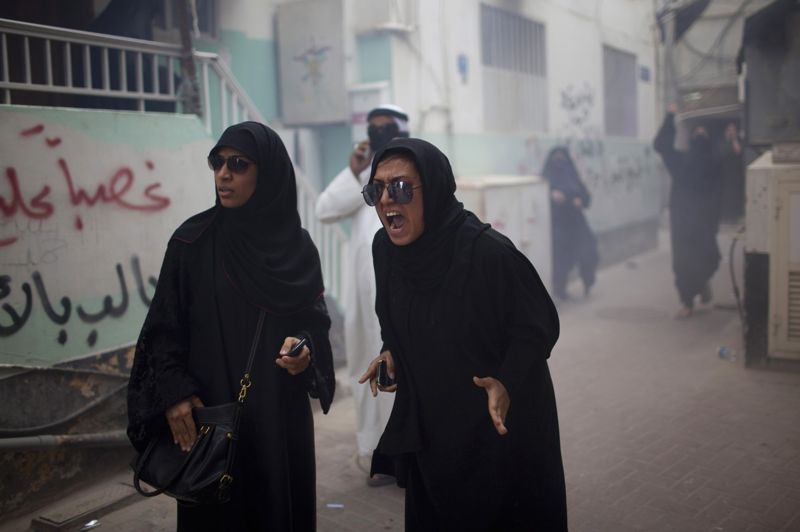 AVRILBahrein. Des femmes chiites protestent contre le pouvoir sunnite à Manama, le 19 avril. Les affrontements se sont intensifiés à la veille des essais du Grand Prix de Formule 1 avec des manifestations à répétition organisées à l'appel de l'opposition chiite qui réclame des réformes constitutionnelles dans ce royaume dirigé par une dynastie sunnite.