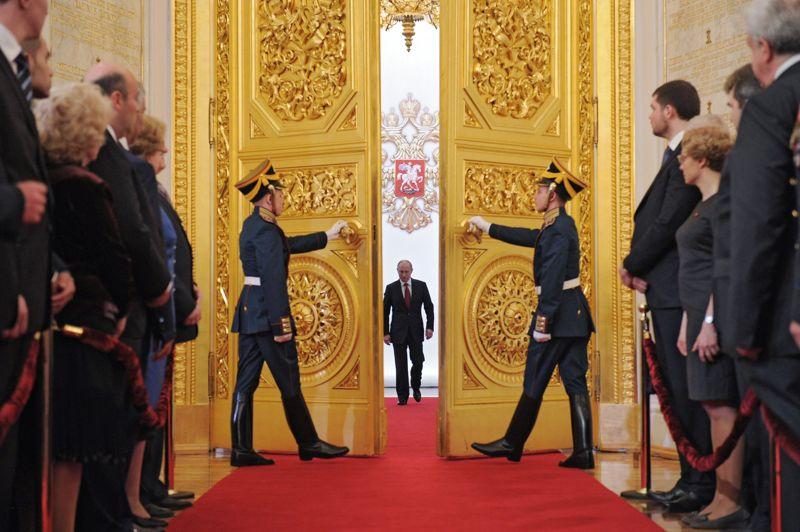 MAIRussie. Vladimir Poutine, lors de sa cérémonie d'investiture à la présidence russe, le 7 mai au Kremlin, à Moscou. Elu avec près de 64 % des voix, le 4 mars, pour un mandat de six ans, Vladimir Poutine avait quitté la présidence russe en 2008 pour devenir Premier ministre, faute de pouvoir effectuer un troisième mandat consécutif.
