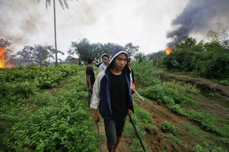 JUINBirmanie. De nombreuses maisons sont incendiées lors des affrontements confessionnels entre l'ethnie bouddhiste Rakhine et l'ethnie musulmane Rohingya, dans l'Etat Rakhine, au nord-ouest du pays. Les violences auraient fait au moins cinq morts et une centaine de blessés et mettent en évidence les tensions religieuses dans le pays. Les Rohingyas, minorité apatride considérée comme l'une des plus persécutées au monde, sont confinés dans le nord de l'Etat Rakhine et ne font pas partie des minorités ethniques reconnues par le régime.