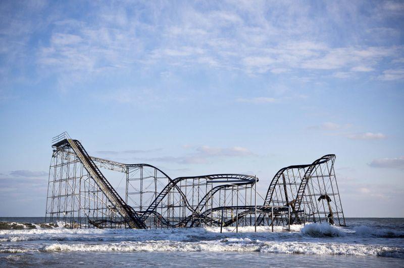 OCTOBREÉtats-Unis. Les restes des montagnes russes du parc d'attractions Casino Pier après le passage de Sandy dans le Seaside Height, à New Jersey le 28 Octobre. Cet ouragan qui aura coûté la vie à 210 personnes entre son passage dans la mer des Caraïbes et la côte Nord-est des Etats-Unis aurait fait plus de 52 milliards de dollars de dégâts matériels.