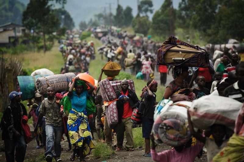 NOVEMBRERDC. Des milliers de congolais fuient la ville de Sake , à 26 km à l'Ouest de Goma,une exode suite aux combats entre les soldats rebelles tutsis du M23 et les miliciens hutus rwandais dans la région des Grands lacs.