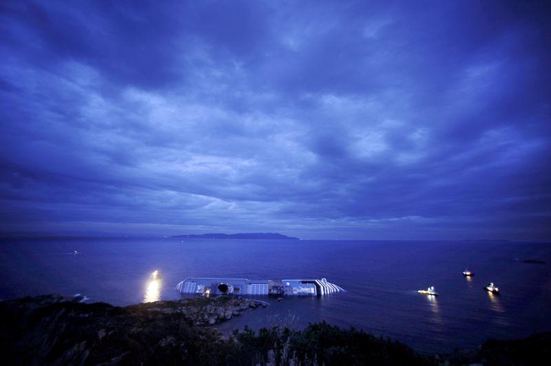 JANVIERItalie. Le paquebot de croisière Costa Concordia fait naufrage le 13 janvier en heurtant un rocher sur les côtes du sud de la Toscane, avec à son bord plus de 3200 touristes et un millier de membres d'équipage. Le bilan définitif de la catastrophe a été établi à 32 morts.