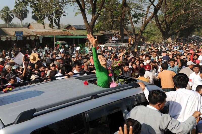 FÉVRIER Birmanie. À Pahein, ville située à deux cents kilomètres à l'ouest de la capitale Yangon, des milliers de personnes applaudissent l'opposante birmane et lauréate du prix Nobel de la paix Aung San Suu Kyi, mardi 7 février, lors de son deuxième déplacement en province dans le cadre de la campagne des élections partielles du 1er avril. Elle remportera le scrutin et obtiendra son premier mandat de députée.