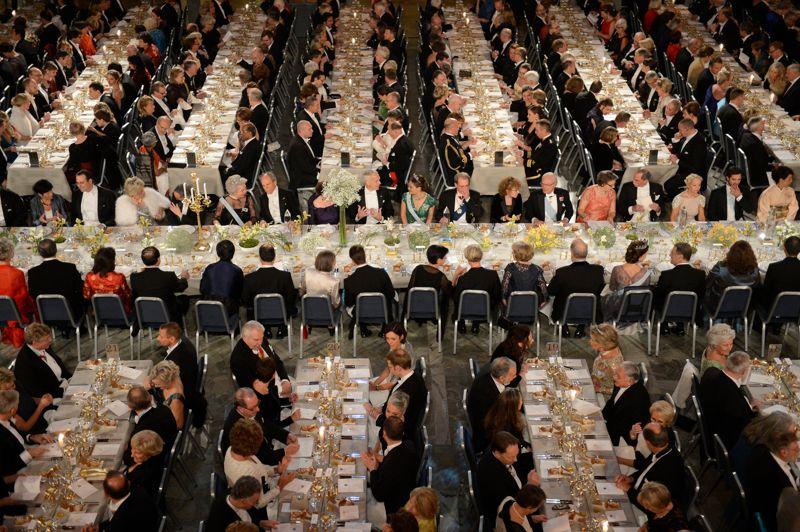 Dîner de gala. Les petits plats ont été mis dans les grands ce lundi, à l'Hôtel de ville de Stockholm, en l'honneur des lauréats du prix Nobel 2012. Alors que la crise de la zone euro interroge la solidarité des états membres, le prix Nobel de la paix a été remis aux représentants des trois principales institutions européennes, Herman Van Rompuy, José Manuel Barroso et Martin Schulz. Une récompense qui suscite des critiques bien au-delà des milieux eurosceptiques.