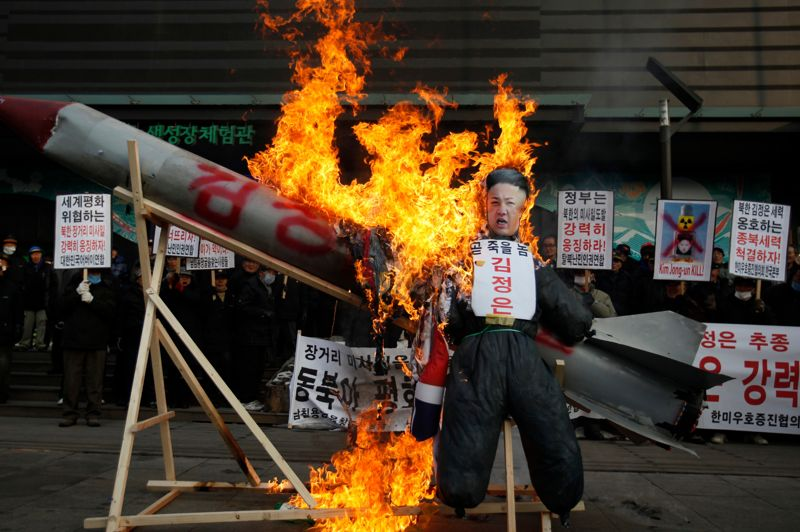 Point chaud. Malgré les menaces de sanction de l'ONU, la provocation a été menée à son terme. La mise à feu du missile nord-coréen a enflammé la protestation en Corée du Sud, au sens propre comme au figuré. Grâce au succès du tir de la fusée, le jeune dirigeant Kim Jong-Un, dont le portrait est ici réduit en flammes, renforce son autorité, mais également son isolement: la Chine, seul allié de poids du pays, désapprouve elle-aussi ce coup de force.