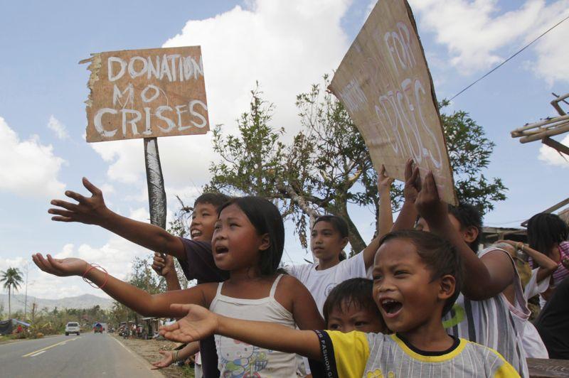 Sinistrés. Ils en sont réduits à mendier le long des routes. Ces enfants ont tout perdu après le passage du Typhon Bopha, qui a causé la mort de près de 600 personnes aux Philippines et ravagé le sud de l'archipel. Les Nations unies ont sollicité lundi 65 millions de dollars d'aide auprès de la communauté internationale, pour aider les rescapés de la catastrophe.