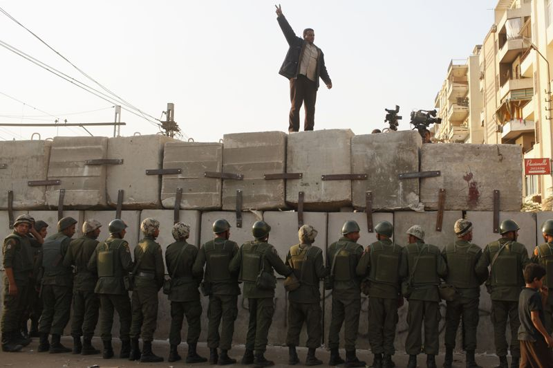 Sur les barricades. La tension n'est pas retombée devant le palais présidentiel au Caire. Loin de là. Le président égyptien Mohamed Morsi a dû appeler l'armée à la rescousse, pour assurer la sécurité jusqu'aux résultats du référendum constitutionnel de samedi. Il avait pourtant lâché du lest en renonçant au décret qui lui accordait presque tous les pouvoirs. En vain. La colère des opposants, qui estiment que le projet de Constitution offre trop peu de garanties pour les libertés, ne s'est pas atténuée.